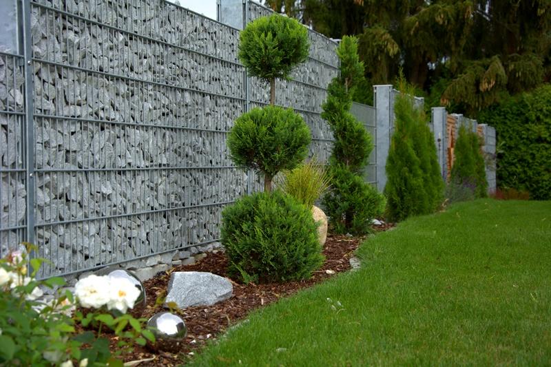 Steinmauer rembart holz im garten for Steinmauer als sichtschutz